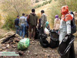 گروه رفتگران طبیعت در حال پاکسازی